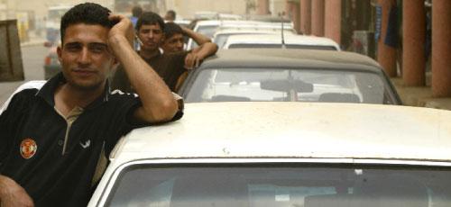 عراقيّون ينتظرون دورهم للحصول على الوقود في ثالث دولة من ناحية احتياطها النفطي (علي يوسف ـــ أ ف ب)