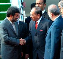 وزير الخارجيّة الماليزيّة ريس يتيم يستقبل نجاد في كوالالمبور أمس (أ ب)