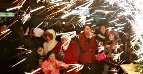 أردنيّون يحتفلون بإضاءة شجرة ميلاد يبلغ ارتفاعها 26 متراً (أرشيف ــ رويترز)