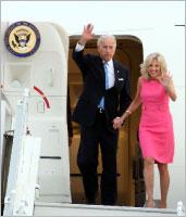 بايدن وزوجته جيل لدى وصولهما إلى عمان (أ ف ب)