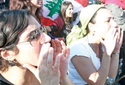 فتيات يهتفن في تظاهرة جبيل الاحد الماضي (بلال جاويش)
