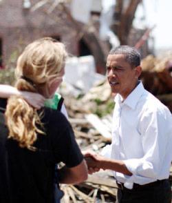 اوباما خلال زيارته بلدة جوبلن التي تعرضت لإعصار الأحد الماضي (جايسون ريد ــ رويترز)