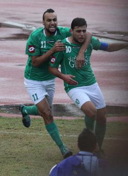 عطوي (10) وسويدان يحتفلان بهدف الفوز في مرمى الساحل (عدنان الحاج علي)