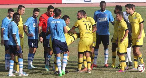 اللاعبون ينقلون لاعب النبي شيت عبد الله كانوتيه بعد إصابته بكسر في ظل غياب الدفاع المدني! (عدنان الحاج علي)