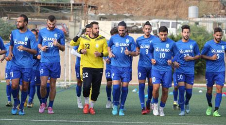 لاعبو الأنصار خلال التمرين على ملعبهم أمس (عدنان الحاج علي)