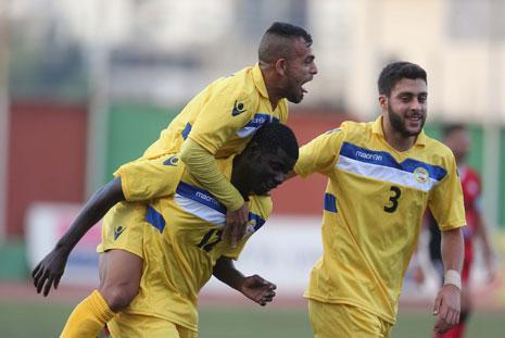 لاعب العهد حسين دقيق يحتفل مع زميله درامي بمشاركة خليل خميس (عدنان الحاج علي)