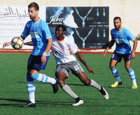 مسجّل هدف شباب الساحل جاد نور الدين يتقدّم بالكرة خلال المباراة (عدنان الحاج علي)