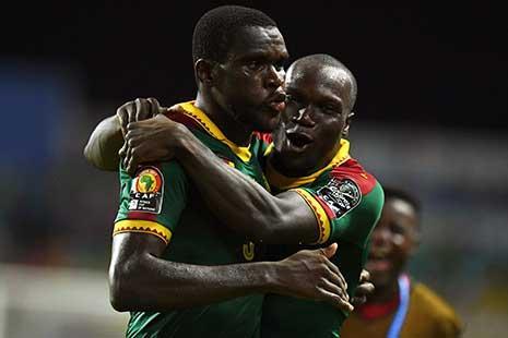 احتفال لاعب الكاميرون نغادو نغادجوي بتسجيل هدف الفوز (أ ف ب)