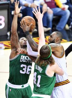 منع لاعبو بوسطن «الملك» جيمس من تسجيل اكثر من 11 نقطة (أ ف ب)