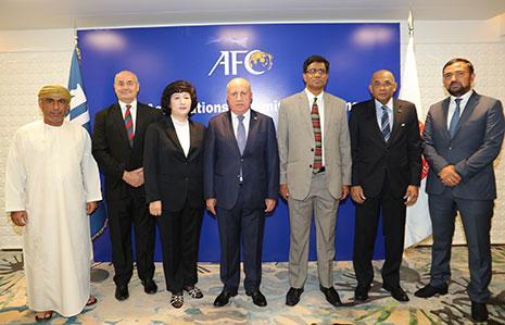الرئيس حيدر والأمين العام جون مع أعضاء لجنة الاتحادات الوطنية