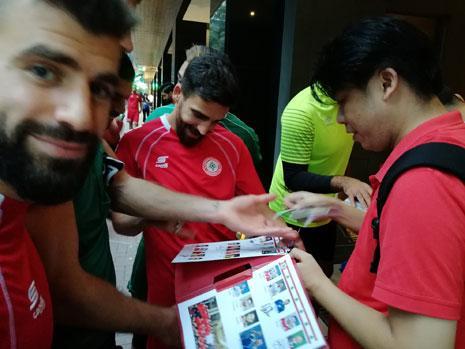 لاعبو منتخب لبنان يوقّعون على صورهم في هونغ كونغ من الحصة التدريبية أمس