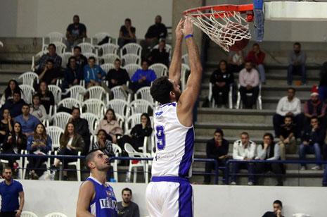 «دانك» للاعب الشانفيل أحمد إبراهيم في سلّة بيبلوس (سركيس يريتيسيان)