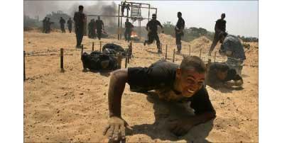 عناصر من القوة الرئاسية الفلسطينية تجري تدريبات في غزة أمس (أ ف ب)