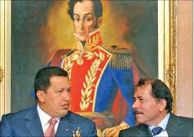 صورة أرشيفية تجمع أورتيغا وتشافيز في القصر الرئاسي في فنزويلا في 25 نيسان 2005 (أ ب)