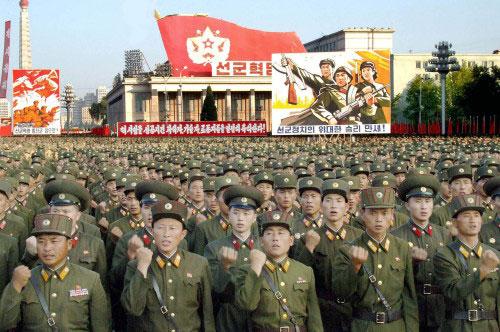 عرض عسكري في ساحة كيم ايل تسونغ في بيونغ يانغ امس احتفالا بالتجربة النووية ( ا ف ب)