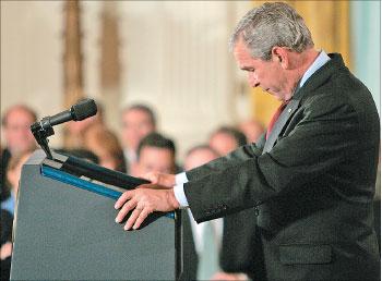 بوش خلال مؤتمره الصحافي في واشنطن أمس (رويترز)