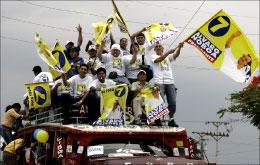 مناصرون لنوبوا في إحدى الحملات الانتخابية أمس (أ ب)