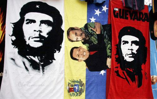 ملصق لغيفارا وتشافيز وكاسترو في أحد شوارع كاراكس أمس (رويترز)