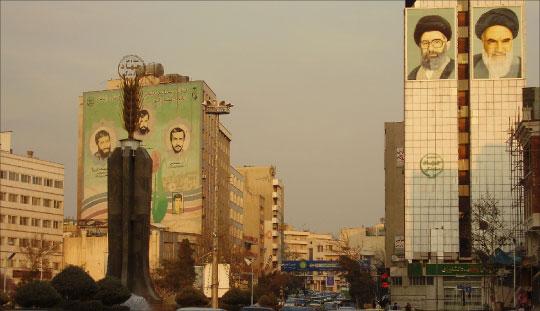 صورتا خامنئي والخميني في أحد شوارع طهران