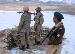 جنود باكستانيّون في منطقة «لاوارا فورت» في وزيرستان على الحدود الأفغانيّة (رويترز)