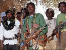 أحد أبرز القادة الميدانيّن للثوّار في دارفور «تارادا» (وسط - يسار) (أرشيف - أ ب)