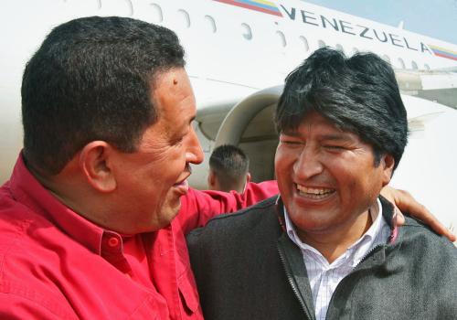 الرئيس الفنزويلي هيوغو تشافيز يرحّب بموراليس في مطار سيمون بوليفار في مايكيتيا أمس (مارسيلّو غارسيا - أ ب)