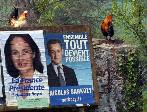 ملصقان لصورتي رويال وساركوزي في لا برويير في غرب فرنسا أمس (ميشيل دانيو - أ ف ب)