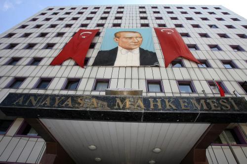 صورة لمصطفى أتاتورك على مبنى المحكمة الدستوريّة في أنقرة أمس (برهان أوزبيليتشي - أ ب)