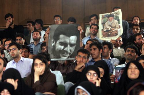 صورتا غيفارا وخامنئي في استقبال أورتيغا في طهران أمس (حسن سربخشيان - أ ب)