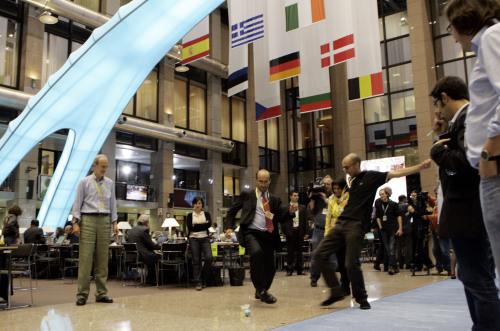 صحافيون يلعبون كرة القدم في قاعة المؤتمرات الصحافية خلال اجتماع القمة في بروكسيل يوم الجمعة (فيرجينيا مايو