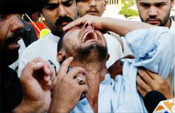 شاب باكستاني يبكي بعد منع عائلته من الخروج من المسجد الاحمر في اسلام اباد امس (ك.م.شودري- اب)