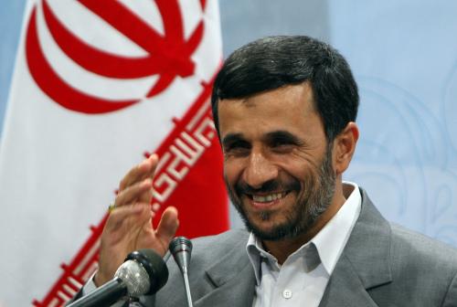 أحمدي نجاد خلال مؤتمر صحافي في طهران أمس (عطا كناري - أ ف ب)