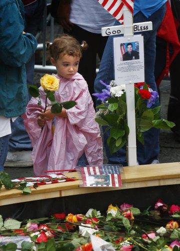 طفلة تحمل وردة في الذكرى السادسة لاعتداءات 11 أيلول في نيو يورك أمس (مايك سيجار - رويترز)