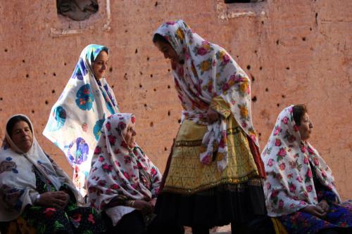 ايرانيات يلبسن الزي التقليدي في جنوب طهران أول من أمس (حسن سارباخسيان - أ ب)