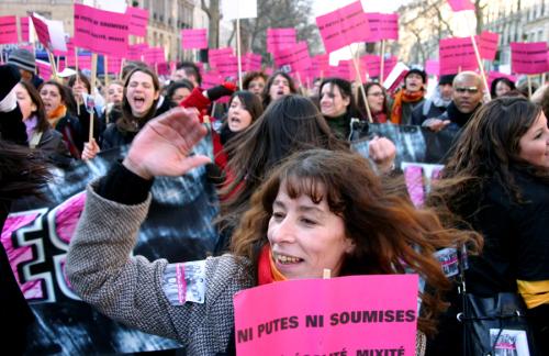 فاضلة عمارة خلال تظاهرة لدعم حقوق المرأة (الأخبار)