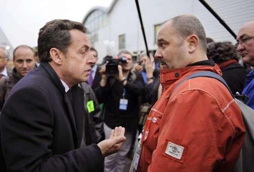 ساركوزي خلال لقاء مع عمّال من القطاع التجاري في سان ــ دنيس قرب باريس أمس (إريك فيفيربرغ ــ رويترز)