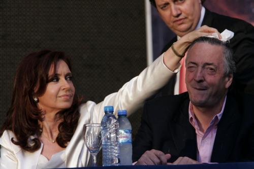 نيستور وكريستينا كيرشنير خلال احتفال انتخابي في بوينس آيرس أوّل من أمس (خورخي ساينز ــ أ ب)