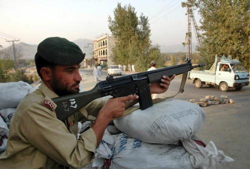 جندي باكستاني يحرس في مدينة مينغورا في وادي سوات أمس (علي إمام ـ رويترز)