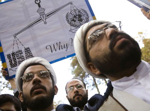 رجلا دين إيرانيّان خلال تظاهرة أمام مكتب الأمم المتّحدة في طهران قبل يومين (مورتيزا نيكوبازل ـ رويترز)