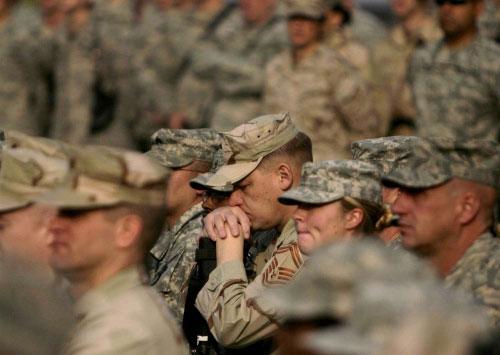 جنود أميركيّون يصلّون بعد مقتل 6 من زملائهم في أفغانستان أمس (رفيق مقبول ـ أ ب)