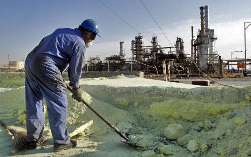 عامل إيراني في محطّة لتكرير النفط في طهران (فاهيد سالمي ـ أ ب)