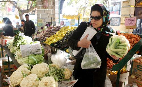 إيرانيّة تتبضّع في طهران أمس (عطا كيناري ـ أ ف ب)