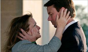 المرشّح الديموقراطي المنسحب من السباق الرئاسي جون إدواردز يعانق زوجته في ساوث كارولاينا (جيم يونغ ـ رويترز)