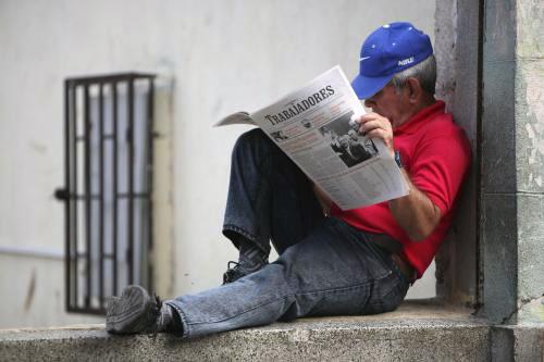 كوبي يقرأ الـ«غرانما» جريدة الحزب الشيوعي في هافانا أمس (أريانا كوبيلوس ـ أ ب)