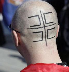 علم صربيا على رأس متظاهر ضدّ استقلال كوسوفو في سويسرا (سلفاتور دي نولفي ـ أ ب)