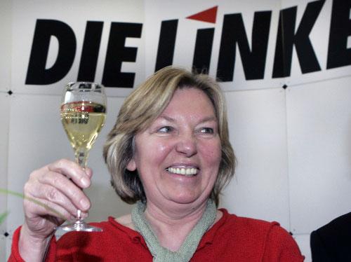 مرشّحة فائزة عن حزب اليسار ترفع نخب الانتصار في هامبورغ أمس (جورج سارباخ ـ أ ب)