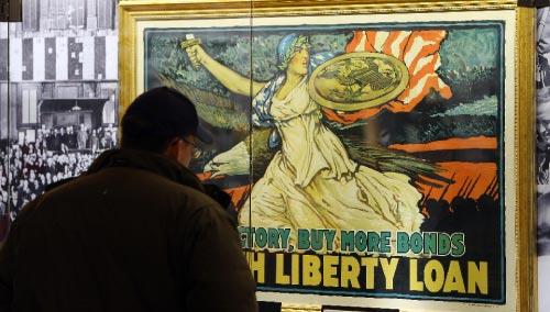 لوحة تاريخيّة تناشد الأميركيّين شراء سندات خزينة من أجل دعم جهود الحرب  (إيمانويل دواند ـ أ ف ب)