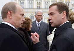 مديفيديف وبوتين بعد حفل التسلّم في موسكو أمس (ديميتري أستاخوف ـــ أ ب)