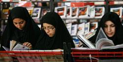 إيرانيّات يقرأن في معرض طهران الدولي للكتاب أمس (وحيد سالمي ـــ أ ب)
