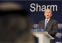 بوش يلقي كلمته في شرم الشيخ يوم الاثنين الماضي (عادل هنا ـــ أ ب)